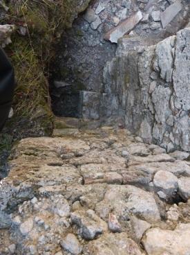 Akropolis üzerinde yer alan küçük bir hamam yapısı kaçak kazı