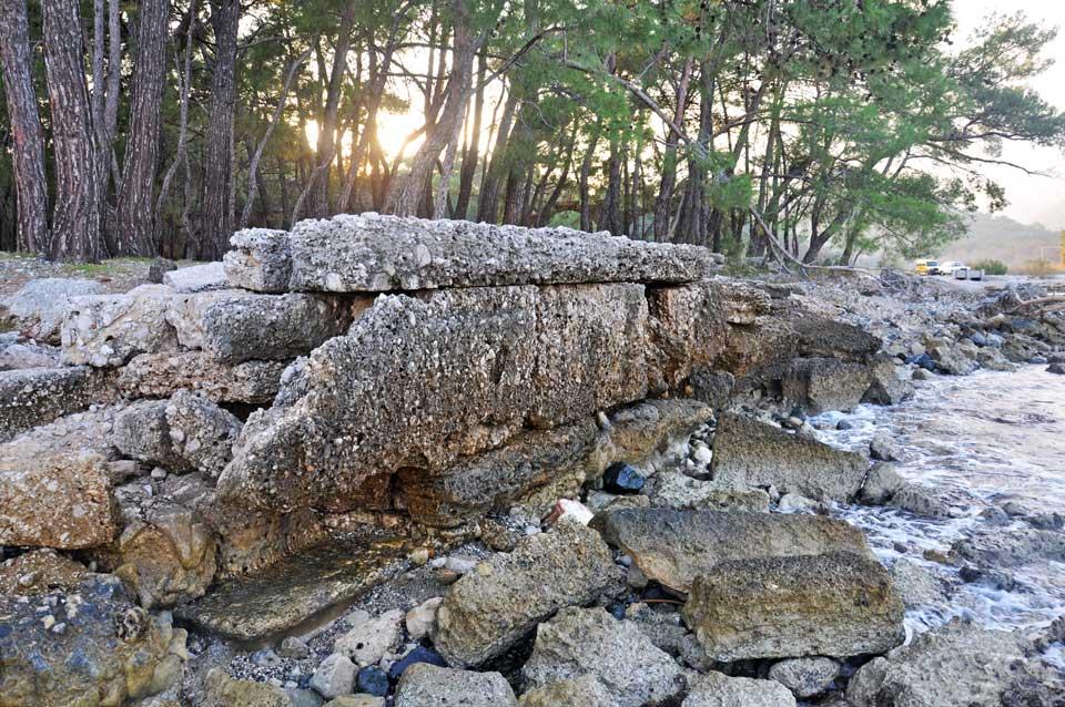 Kuzey körfezin güney sahilinde görülen sur kalıntıları