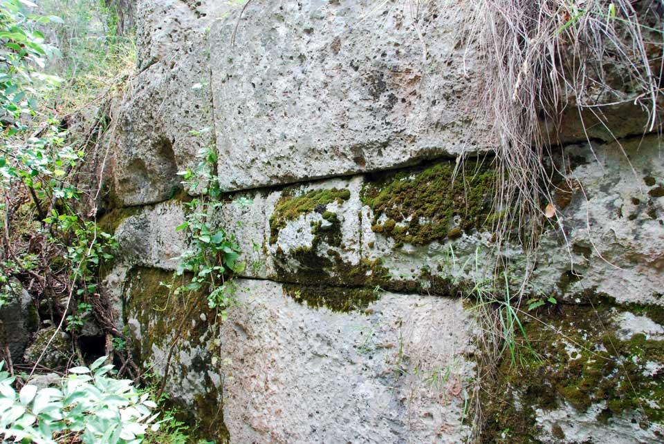 Akropolis sur kalıntıları