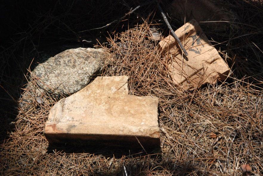 Alan çalışmasında tespit edilen terracotta parçaları (detay)