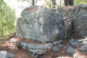 <em>Kuzey nekropolis'inden yazıtlı lahit</em>