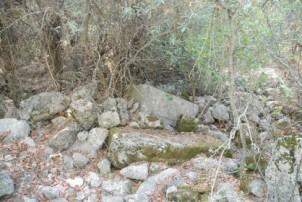 Alandaki blok taşlar.