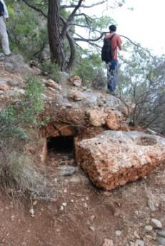 Kaçak kazıcılarca tahrip edilmiş lahit