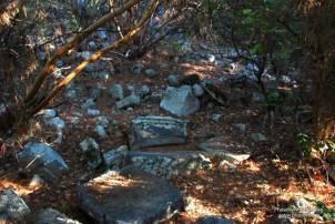 Akropolis üzerindeki kemerli yapı kalıntıları